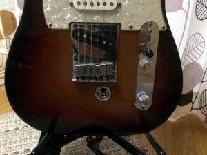 2弦のエンドピンがボディーの裏に突き抜けています。