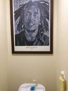 トイレにはボブ・マーリーの肖像画が壁一面。