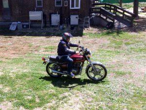 コンビニへ向かうS野氏。前輪が18インチのビンゲージバイクでしょうか。