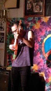 8弦タヒチアン・ウクレレ。弦は上州屋の釣り糸だそうです。(笑)