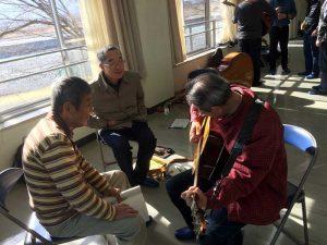 K舘さんこの日も熱心にギターで参加、頑張れ。(左)