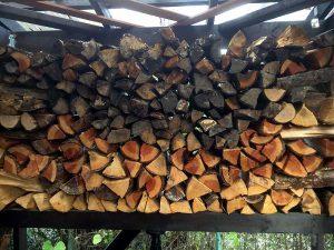 楽しみながら薪を作っています